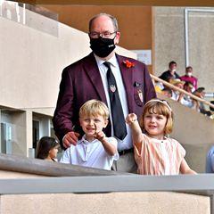 20. Juni 2021  Für dieses sportliche Event hat Fürst Albert von Monaco die perfekte Begleitung gewählt. Im Stadion Louis II in Monaco-Ville schaut der Fürst sich das spannende Rugby Finalezusammen mit seinen Zwillingen, Prinz Jacques und Prinzessin Gabriella an.Die kleinen Royals freuen sich über die tolle Stadionatmosphäre und haben hier einiges zu entdecken.