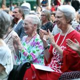 Königin Margrethe und Prinzessin Benedikte applaudieren im Freilichttheaterdes Tivoli für die erfolgreichen Tänzer:innen der gelungenen Ballettaufführung.