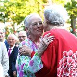 """20. Juni 2021  Eine herzliche Begrüßung gibt es für Prinzessin Benedikte, die ihre Schwester Königin Margrethe zum heutigen Event begleitet. Die dänischen Royals sind Gäste bei der Ballettaufführung """"Fyrtøjet. Das Stück feiert heute in Kopenhagen Premiere und wird Margrethe und Benedikte einen unterhaltsamen Sommerabend bescheren."""