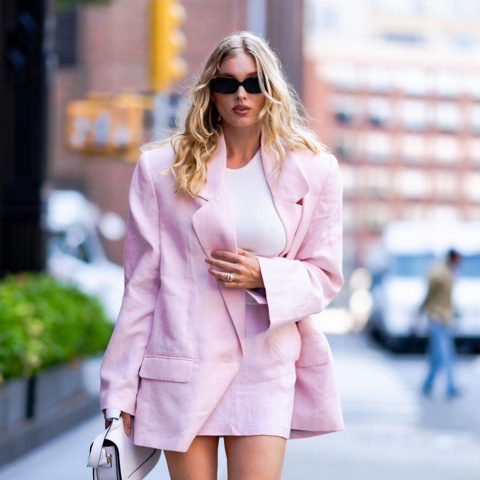 Selbst die Straßen New Yorks macht Model Elsa Hosk zu ihrem Catwalk. Sie setzt auf einen sommerlichen Zweiteiler in einem zarten Rosaton. Die Schulterpolster lassen ihren Look allerdings richtig edgy wirken. Dazu eine lässige Sonnenbrille und Loafer von Chanel.