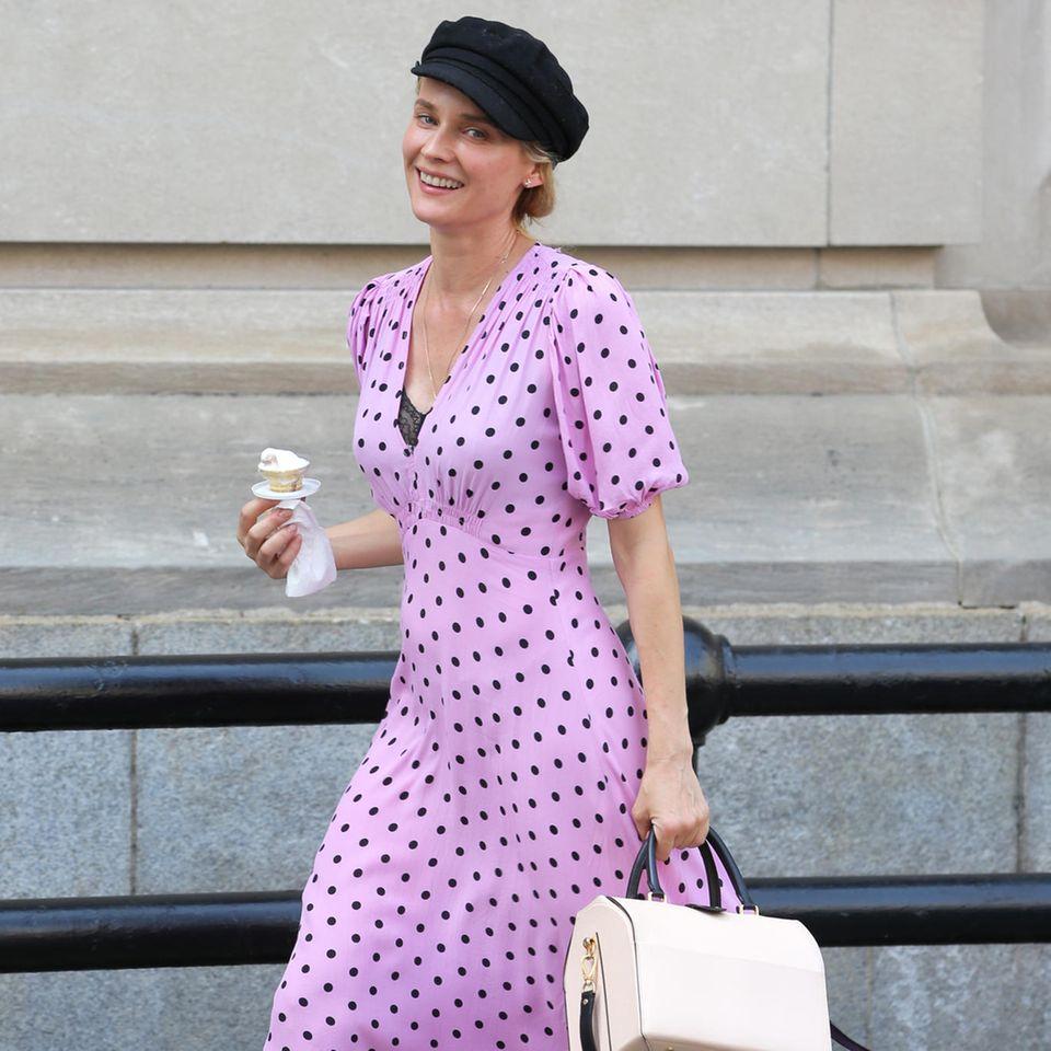 Diane Kruger hat den coolen Style der Französinnen perfekt adaptiert. Zum fliederfarbenen Polka-Dott-Kleid kombiniert die Booties im Biker-Stil und auf dem Kopf thront eine Flat Cap – alles très chic!