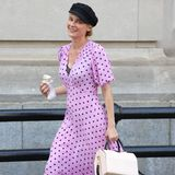 Diane Kruger hat den coolen Style der Französinnen perfekt adaptiert. Zum fliederfarbenen Polka-Dott-Kleid kombiniert sie Booties im Biker-Stil und auf dem Kopf thront eine Flat Cap – alles très chic!