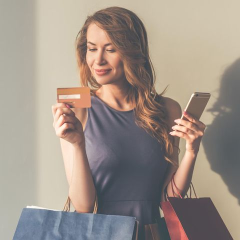 Frau beim Shoppen mit Smartphone und Kreditkarte, Shopping Bags