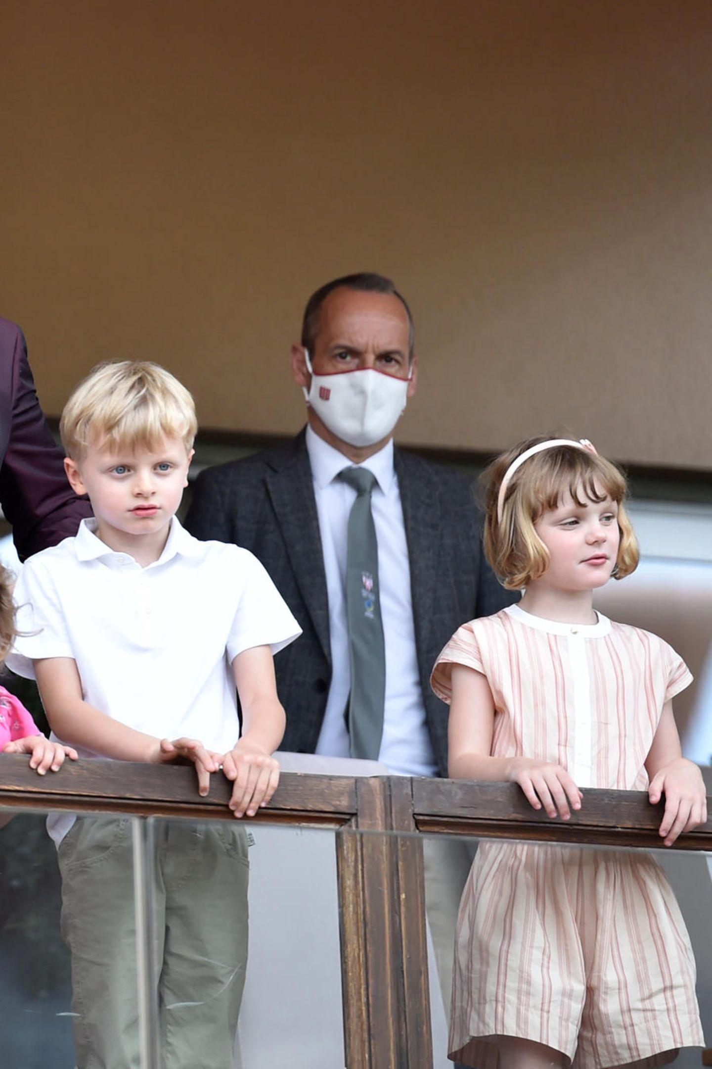 Auch in Monaco ist Sommer angesagt! Die royalen Zwillinge Prinzessin Gabriella und Prinz Jacques scheinen das Finale des World Rugby Sevens Repechage-Turniers in Monaco aufmerksam zu verfolgen. Dabei trägt die Prinzessin einen gestreiften Playsuit von Chloé und einen passenden Haarreif. Ihr Bruder setzt auf eine Kombi aus Hemd und khakifarbener Hose.