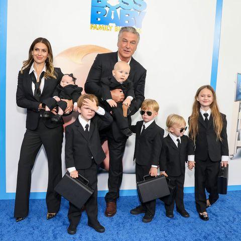 """Bei der Premiere der """"The Boss Baby""""-Fortsetzung in New York erscheinen Alec und Hilaria Baldwin mit ihren sechs Kindern.Lucia,Leonardo,Eduardo,Rafael,Romeo und Carmen (v.l.n.r.)."""
