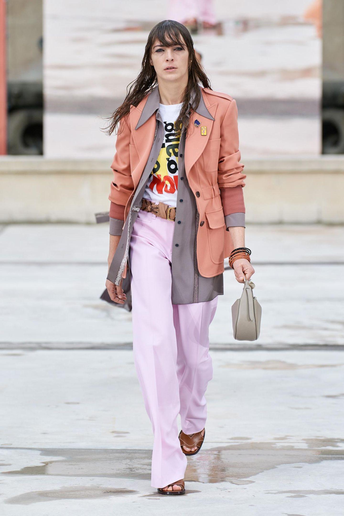 Wet-Hair-Look, Print-Shirt, eine weite Stoffhose und zwei Blazer im Lagenlook – keine Frage, der Chloé-Blazer wird bei der Spring-Sommer-Show 2021 in Paris cool und lässig präsentiert, für die breite Masse ist dieser Look aber vielleicht etwas gewagt. Kates low-key Interpretation des Designer-Looks ist wesentlich alltagstauglicher.