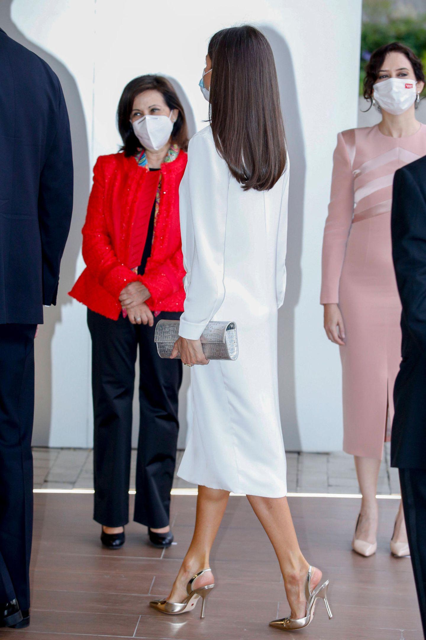 Hier setzt die Königin wie gewohnt auf ein ganz besonders auffälliges Modell. Die metallischen Sling Backs machen ihr schlichtes Outfit aufregend. Das sind die Waffen einer Königin!