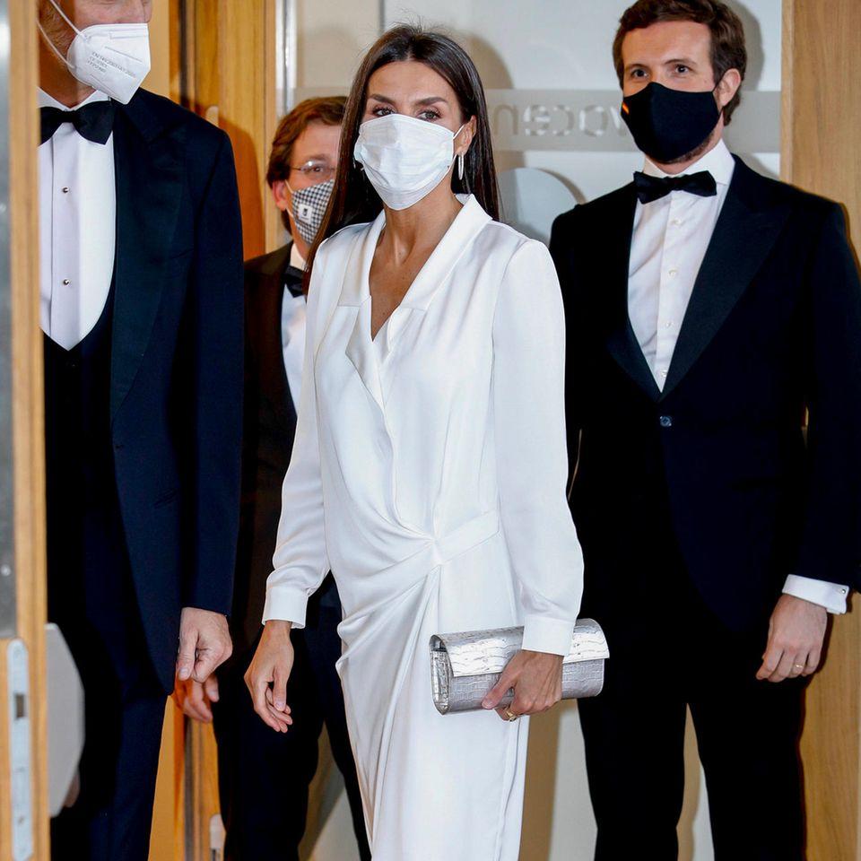 """Bei der Verleihung der Preise """"Mariano de Cavia"""", """"Luca de Tena"""" und """"Mingote"""" in Madrid setzt Königin Letizia auf ein weißes Satin-Kleid mit Raffungen des Modelabels """"LoLa Li"""". Besonderer Eyecatcher des Looks ist allerdings nicht das Kleid, sondern ihre Schuhe."""