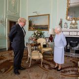 23. Juni 2021  Queen Elizabeth empfängt Premierminister Boris Johnson zu seinerersten persönlichen Audienz im Buckingham Palace seit Beginn der Pandemie. Es ist das zweite Treffen der beiden seit Johnsons Wahl. Auf den direkten Austausch legt die Queen immer viel Wert und so freut es sie, dass die Audienzen nun wieder wöchentlich eingeplant sind.