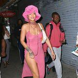 Rihanna wird zurecht für ihren Modemut und ihr unerschütterliches Selbstbewusstsein gefeiert. Der transparente Look in Pink ist ein echter Hingucker – aber warum nur dieser Hut dazu, der uns an flauschige Toilettenpapierrollen-Abdeckungen erinnert?