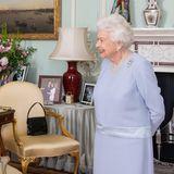 Fast noch spannender als die Audienz mit Premierminister Boris Johnsonist einDetail welches, man im Hintergrund erspähen kann. Das schöne Verlobungsfoto von Prinz William und Herzogin Katherine steht auffällig präsent auf dem Tisch hinter Queen Elizabeth, während das Porträt von Prinz Harry und Herzogin Meghan etwas weiter abseits unter den üppigen Blumenleicht verdeckt wird.