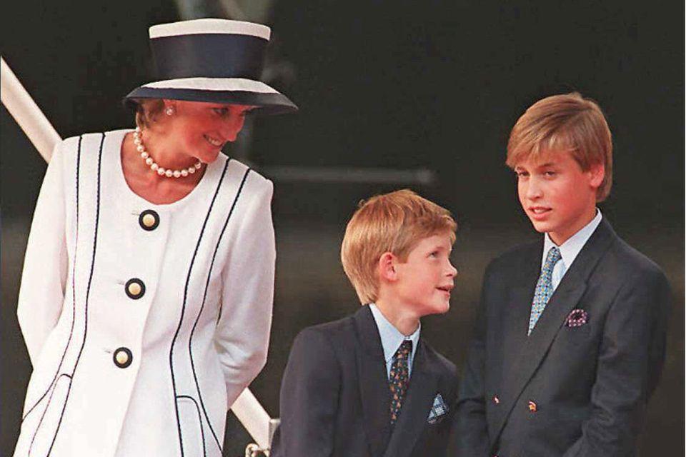 Prinzessin Diana mit ihren Söhnen Prinz Harry und Prinz William im Jahr 1995