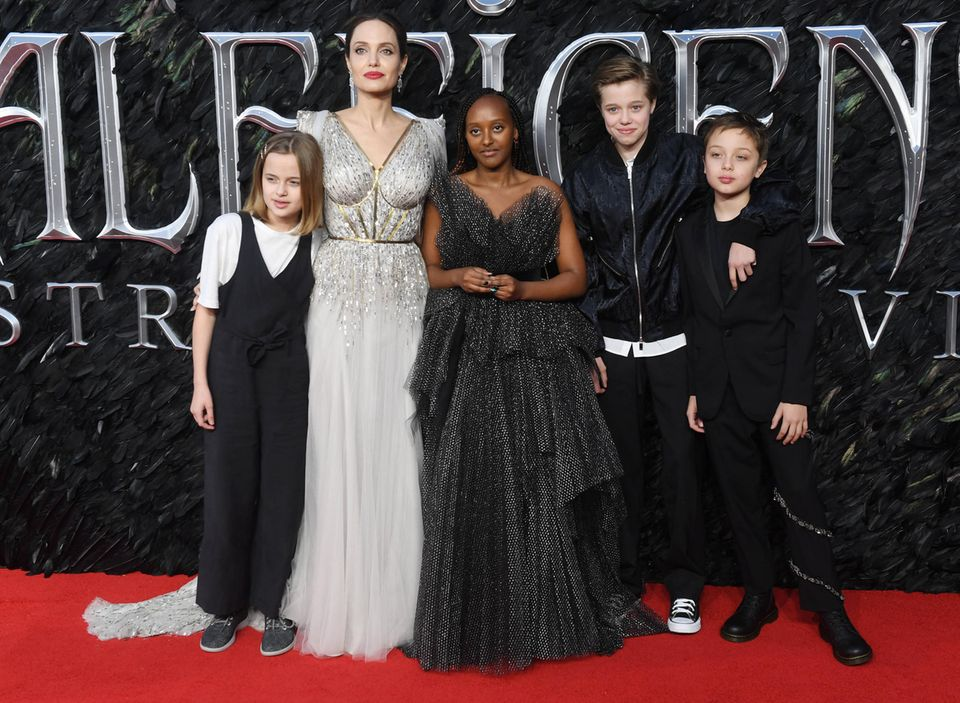 Angelina Jolie with her children Vivian (l.), Zahara (3rd from left), Shiloh (2nd from right) and Knox (r.)