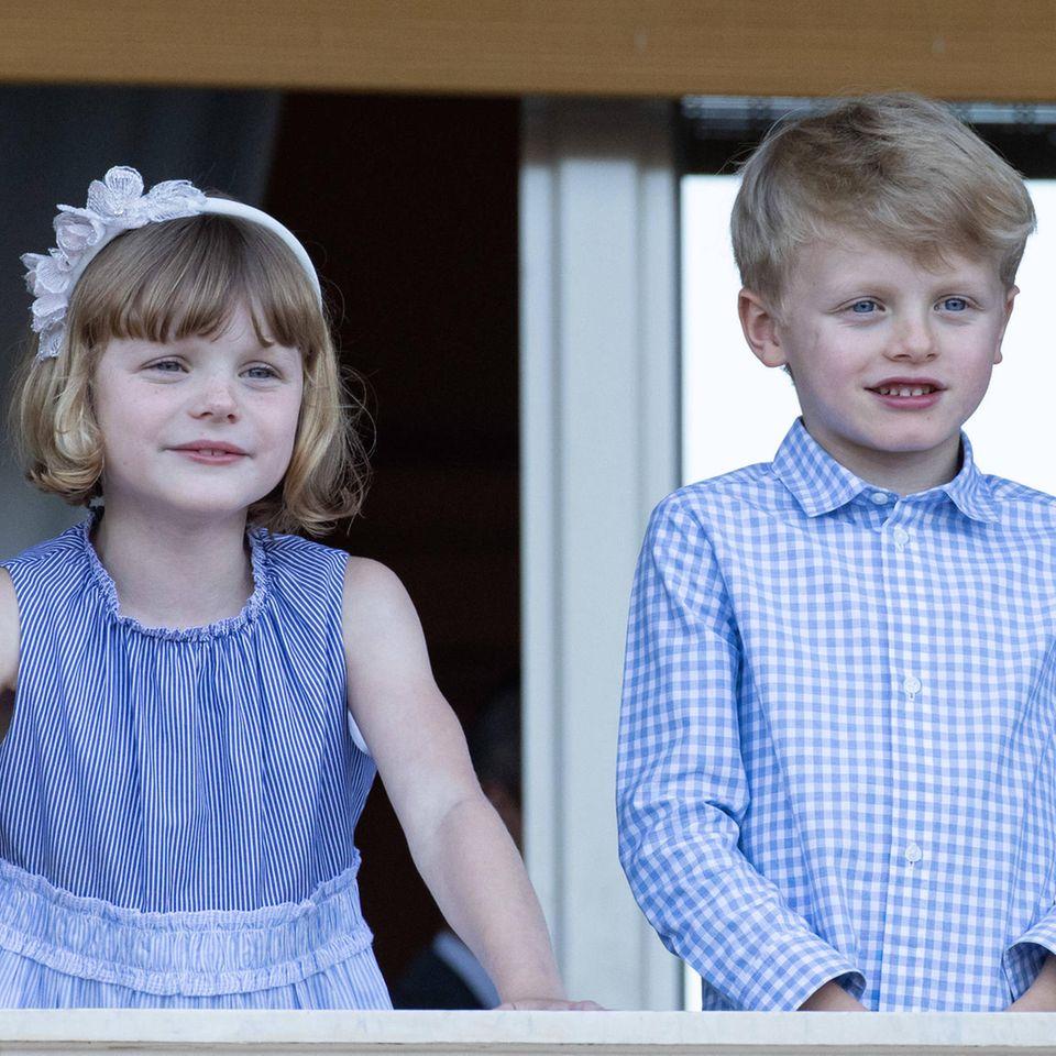 So süß! Bei den Feierlichkeiten zu Ehren des heiligen Jean zeigen sich Prinzessin Gabriella und Prinz Jacques wieder von ihrer besten Seite: Gabriella trägt ein gestreiftes Kleid von Il Gufo, dazu einen Haarreif, Jacques kommt ganz adrett im Karo-Hemd.