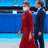 Strammen Schrittes geht Königin Letizia in Richtung Bühne bei den Feierlichkeiten des Schutzpatrons der städtischen Polizei. Im roten Salvatore-Ferragamo-Kleid sieht die Frau von König Felipe zwar umwerfend aus, die roséfarbenen Sling-Pumps geben dem Look aber die nötige Raffinesse.