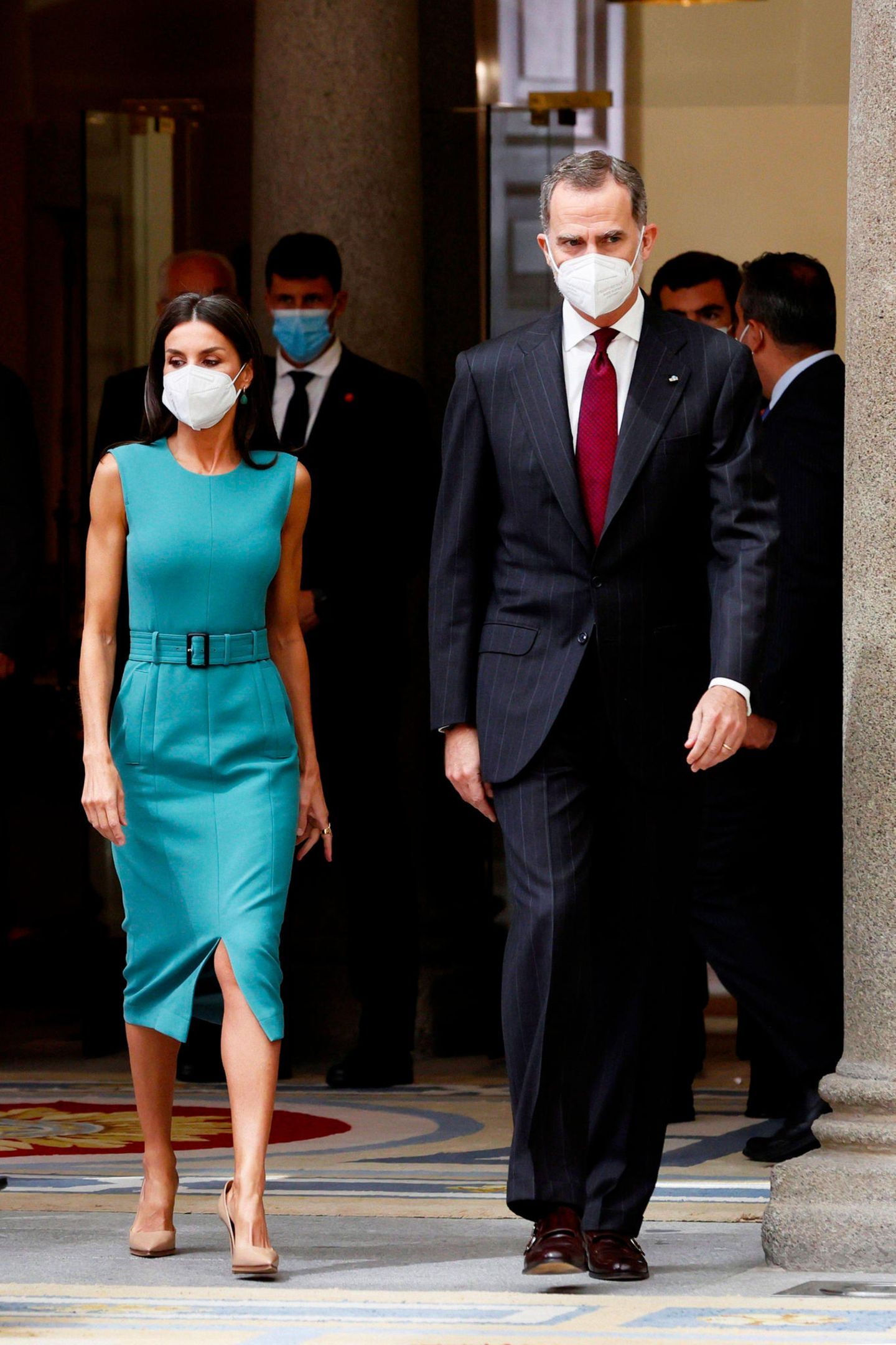 Königin Letizia liebt Business-Outfitsmit dem gewissen Extra. Neben denfarbige Power-Suits, sind es vor allem die engen Etuitkleider, die der Monarchin den gewissen Boss-Look geben. DaspetrolfarbeneKleid von Boss ist sportlich und elegantzu gleich. Der Taillengürtel und der Beinschlitz sorgen für das gewisse Extra.