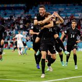 Nach einem turbulenten Spielschießt Leon Goretzka mit seinem 2:2-Treffer das DFB-Team schließlich ins Achtelfinale der Euromeisterschaft. Dafür gibt es Umarmungen von den Kollegen und ein Herz, das er mit seinen Fingern formt, für die Fans im Stadion. Mit dieser Geste setzt er ein eindeutiges Zeichen gegen Hass.