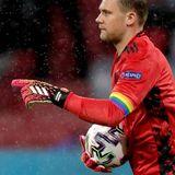 Auch Torwart Manuel Neuer signalisiert mit seiner Regenbogen-Kapitänsbinde erneut, dass er sich gegen Homophobie und fürmehr Diversität und Toleranz einsetzt. Zuvor wurde seitens der UEFA moniert, dass dasAccessoire nicht regelkonform sei.