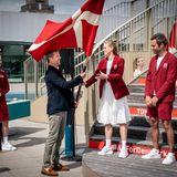 24. Juni 2021  Prinz Frederik überreicht im Experimentarium in Hellerup die dänische Fahne persönlich an die olympischen Fahnenträger,die diese bei den Spielen in Tokio tragen werden.