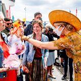 """Bei ihrer Ankunft am """"Eye Filmmuseum"""" in Amsterdam wird Königin Máxima begeistert empfangen, dabei hat es der Monarchin eineBesucherin ganz besonders angetan. Máxima,die selbst Mutter von drei Töchtern ist, kann der charmanten Begrüßung nicht widerstehen und tätschelt kurzerhand liebevoll die süßen Babybäckchen des kleinen Fans."""