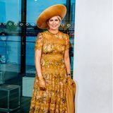 Beim 75. Jubiläum des Filmmuseums in Amsterdam brilliert Königin Máxima in einem senfgelben Outfit. Ob Jäckchen, Hut, Kleid, Handschuhe oder High Heels, alles passt bei diesem Look perfekt zusammen. Besonders das geblümte Zimmermann-Kleid mit den Spitzen-Highlights ist ein Eyecatcher – das war es schon vor vier Jahren.