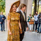 Im Juni 2017 begeistertKönigin Máxima im gelben Designer-Kleid von Zimmermann auf ihrer Italienreise, damals allerdings noch mit anderem Hut und Sandalen von Jimmy Choo.
