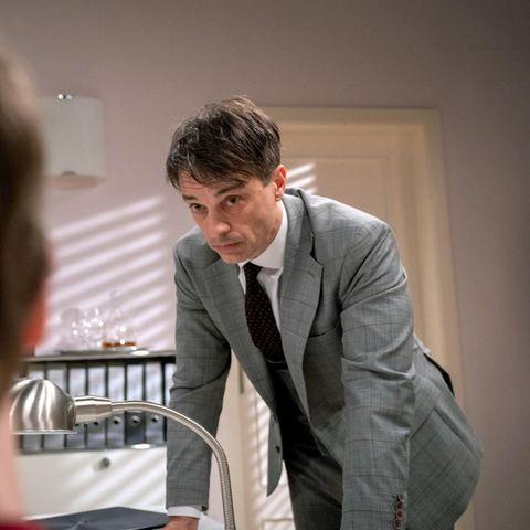 Robert (Lorenzo Patané, r.) macht Benni (Florian Burgkart, l.) klar, dass er sich in der Küche unterzuordnen hat.