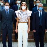 Bei einer Kuratoriumssitzung des Kulturzentrums Residencia de Estudiantes in Madrid setzt Königin Letizia auf einen besonders lässigen Look: eine weiße 7/8-Hose, eine Bluse vonPsophia mit ausfallenden Rüschen und beigefarbene Espadrilles-Wedges. So muss ein Sommer-Outfit aussehen!