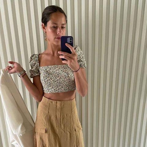 Bei diesem Look ist sich Tennisspielerin Ana Ivanovic unsicher: Soll sie dazu einen Blazer tragen oder nicht? Auf Instagram fragt sie ihre Community um Rat. Die scheint sich ziemlich einig zu sein: Ohne Blazer sieht es besser aus.