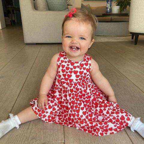 """Was für ein süßer Schnappschuss! """"Ich liebe dieses Foto von unserem Gigi-Bär"""", schreibt Vogue Williams zu dem Bild von TöchterchenGigi Margaux. In dem roten Kleid mit Herzchen sieht sie schon aus wie eine echte Fashionista – ganz wie die Mama."""