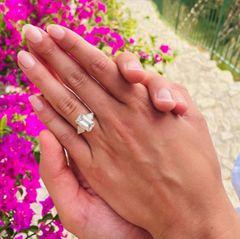 """""""Mein bester Freund, mein Seelenverwandter, ich werde dich immer lieben"""", schreibt das Model zu den Fotos. Dazu postet sie außerdem ein Foto von ihrem Verlobungsring."""
