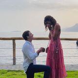 """Model Taylor Hill teilt dieses hochemotionale Foto von ihrem Heiratsantrag auf Instagram – sie hat natürlich """"Ja"""" gesagt. Mit einem XXL-Klunker der Extraklasse ist ihr Freund Daniel Fryer vor ihr auf die Knie gegangen."""