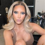 """Was ist denn da mit Kim Kardashians Augenbrauen passiert? Sieht fast so aus, als hätte sie ihre Brauen blond gefärbt ... Wir können Entwarnung geben: Diesen Look hat sie lediglich für ein Shooting ihrer Marke """"SKIMS"""" getragen."""