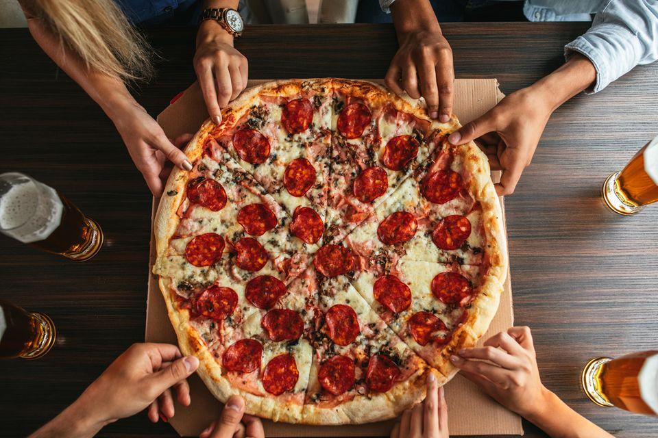 Italienisch kochen: Eine Pizza