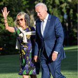 Auch First Lady Dr. Jill Biden ist im Sommerfieber. Bei der Ankunft im Weißen Haus setzt sie auf ein dunkelblaues Minikleid mit Blumen-Print. Erst die Accessoires machen den Look zum Sommer-Klassiker: Sie trägt dazuWedges mit Schnürbändern und eine Flieger-Sonnenbrille. Ein paar große Armreifen dürfen auch nicht fehlen und ihren Wollpullover trägt sie lässig über der Schulter.
