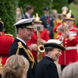 An der Seite von EhemannSir Timothy Laurence wird die Princess Royal am Gedenktagihrem Rang als Ehrenoberst der britischen Streitkräfte bestens gelaunt gerecht.