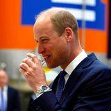 William gönnt sich einen kräftigen Schluck des Gebräus, das ihm aus seiner Vergangenheit bestens vertraut ist. Prinz William (sowie auch Herzogin Catherine) hatschließlich seine Studienzeit in Schottland verbracht. Zudem sei das Getränk auch von seinen schottischen Kollegen beim Militär als Wachmacher zum Frühstück beliebt gewesen, wie der Prinz bei der Verkostung erzählt.