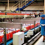 Während ihr Enkel infeuchtfröhlichen Erinnerungen schwelgt, unternimmtQueen Elizabeth eine Tour durch die Fabrik und schaut denProduktionsabläufen zu.