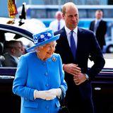 """28. Juni 2021  Queen Elizabeth begibt sich auf ihreerste längere Reise seit Beginn der Pandemie. Die """"Holyrood Week"""", auch bekannt als """"Royal Week"""", findet normalerweise jedes Jahr ab Ende Juni statt und zelebriert schottische Kultur und Traditionen. Während der einwöchigen Reise wohnt die Monarchin in ihrer offiziellen Residenz, dem Holyrood-Palast in der Hauptstadt Edinburgh, von wo aus sieverschiedene Gegenden bereisen undMenschen aus der Bevölkerung empfangen wird. Zum Startihrer Schottland-Woche wird die Queen von ihrem Enkel Prinz William begleitet."""