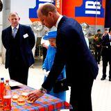 """Die erste Tag ihrer Reise startet energiegeladen: Queen Elizabeth besucht in Begleitung von Prinz William den Hersteller des schottischen Nationalgetränks """"Irn-Bru"""" in Cumbernauld. Während seine Großmutter ein Tässchen Tee bevorzugt, outet sich Prinz William als Fan desbeliebten, koffeinhaltigen Softdrinks."""