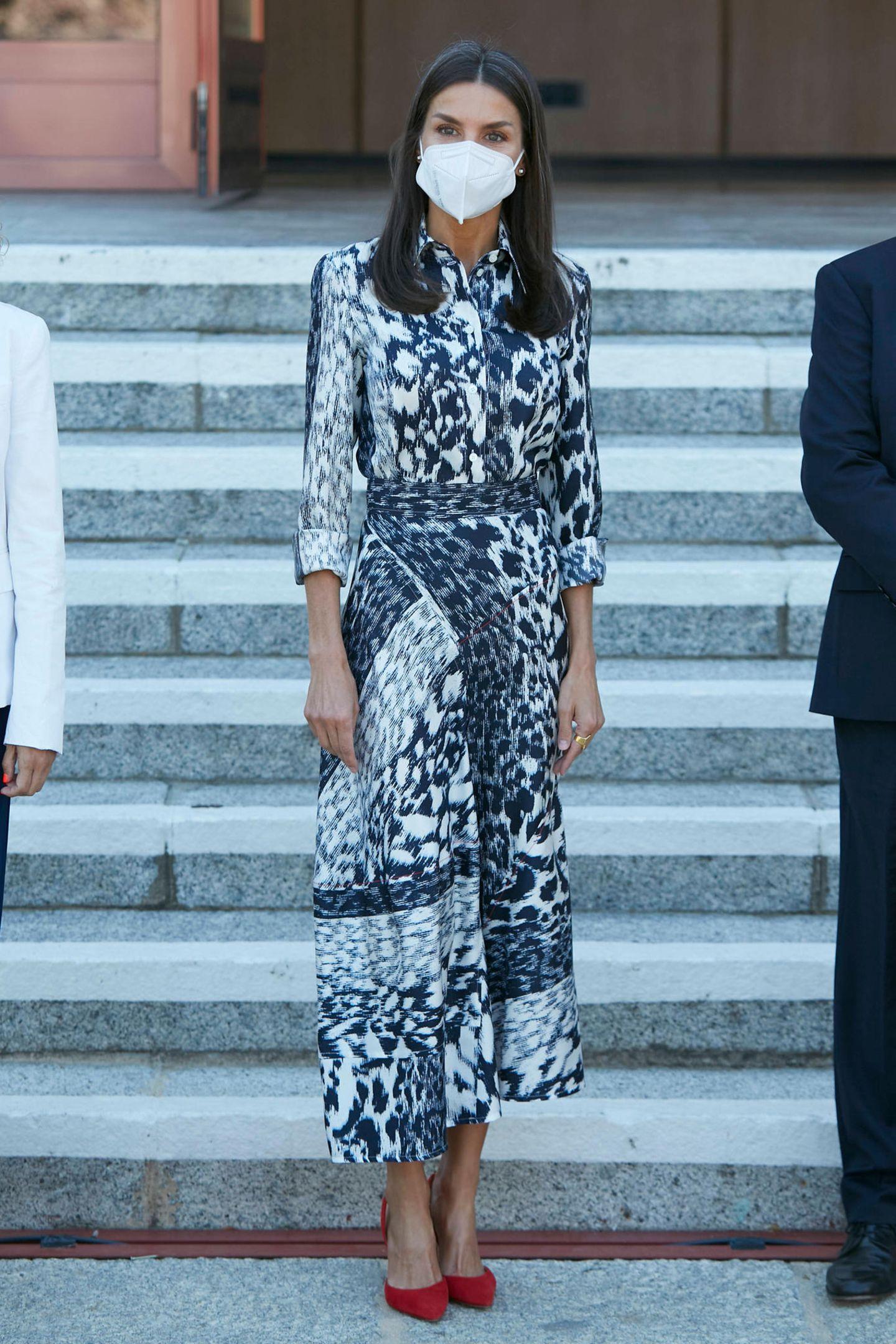 Königin Letizia zeigt sich bei der Eröffnung des Weltgipfels für Sehbehinderungen in Madrid von ihrer auffälligen Style-Seite: Sie trägt Bluse und Rock (ja, es ist tatsächlich kein Kleid) mitLeoprint von Victoria Beckham. Ein Highlight: ihre roten Pumps.