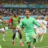 28. Juni 2021  Völlig überwältigt vom Einzug in das Viertelfinale der Fußball-EM jubelt die Nationalmannschaft der Schweiz über den Platz. In einem spektakulären Spiel gegen Frankreich gewinnt das Team rund um Torwart Yann Sommernach einem nervenaufreibenden Elfmeterschießen.