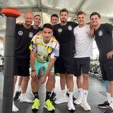 26. Juni 2021  Im Kraftraum gehts rund! Hier arbeitet die deutsche Nationalelf an ihrer Fitness, um bei der UEFA Euro 2020 Bestleistung zu zeigen. Am Dienstag, den 29. Juni 2021 steht das Achtelfinale gegen England im Londoner Wembley-Stadion an. Mats Hummels, Kevin Trapp, Florian Neuhaus und Jonas Hofmann schreiten mit trainierten Bodys voran.