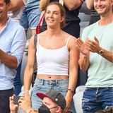 Lisa Müller, die Frau von Thomas Müller, mag es auf der Fußballtribüne etwas legerer. Anstatt auf teure Designerklamotten oder Trikot, setzt sie lieber auf klassische Basics. Ihre Kombi aus Jeansrock und weißem Shirt hat den Vorteil, dass sie zu fast jedem Anlass passt.
