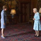 """Während ihr Enkel den heutigen Außentermin wahrnimmt, empfängt Queen Elizabeth die schottische """"First Minister"""" Nicola Sturgeon inEdinburgh. Die beiden Damen scheinen sich sympathisch zu sein und führen eine angeregte Unterhaltung."""