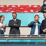 Kleines Pläuschchen vor Spielbeginn: Während sich Ed Sheeran angeregt mit einem Gast in der VIP-Loge unterhält, witzelt seine Ehefrau Cherry Seaborn mit David Beckham herum.