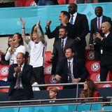 29. Juni 2021  Star-Auflauf in der VIP-Loge: Das EM-AchtelfinaleEngland gegen Deutschland lockt sie alle ins Wembley-Stadion. Umgeben von Security schauen unter anderem Prinz William und Herzogin Catherine gemeinsam mit ihrem ältesten Sohn Prinz George die Partie – und haben allen Grund zu jubeln, denn England gewinnt mit 2:0 gegen Deutschland und zieht damit ins Viertelfinale der UEFA Euro 2020 ein. Im Freudentaumel darüber befinden sich auch Ed Sheeran samt Frau Cherry Seaborn, David Beckham und Sohn Romeo sowie Ellie Goulding und Ehemann Caspar Jopling.