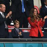 Im schicken Anzug mit Hemd und Krawatte zeigen sich Prinz William und Prinz George zu diesem Anlass im eleganten Partnerlook. Herzogin Catherine strahlt in Rot von der Tribüne im Wembley-Stadion.