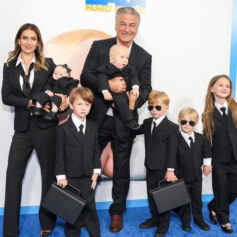 Hilaria Baldwin und Alec Baldwin mit ihren sechs Kindern Lucia, Rafael, Eduardo, Leonardo, Romeo und Carmen (v.l.n.r.)