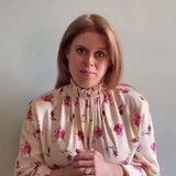 """Im Herbst erwartet Prinzessin Beatrice ihr erstes Kind. Seit der Verkündung ihrer Schwangerschaft bekam man die Prinzessin von York eher selten zu Gesicht. In einer Videobotschaft in Rahmen des """"Parallel Windsor Virtual"""" zeigt sie sich nun frisch und gut gelaunt. Vom Babybauch ist aufgrund der weit geschnittenen Bluse mit floralem Muster keine Spur zu sehen. Ihr Schwangerschaftsglow ist jedoch nicht zu übersehen."""
